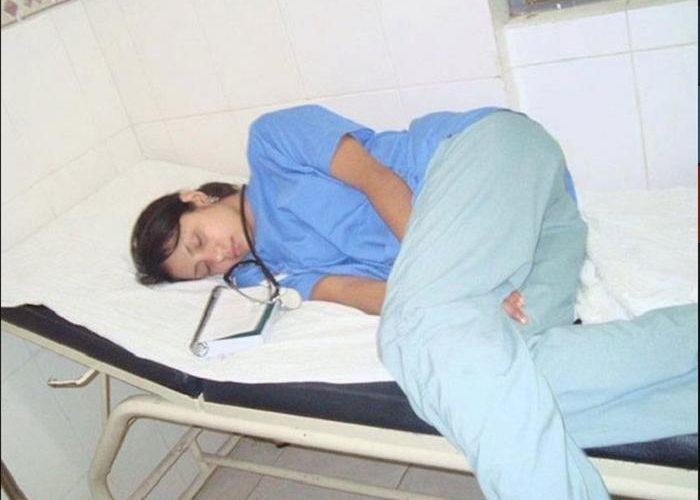 Блогер выложил фото заснувшего на месте работы доктора в Сеть. Однако всё обернулось против него