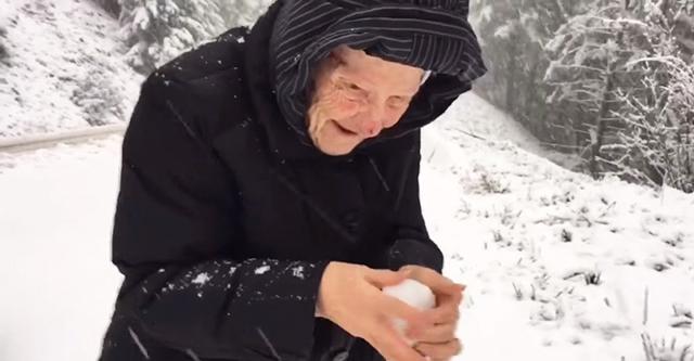 Сын снял видео, как 101-летняя мамочка играет в снежки. Столько тепла в таком холоде