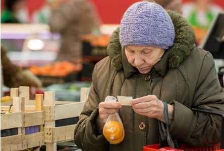 «Внученька, поможешь взвесить 3 мандаринки? – проговорила старушка хриплым голосом