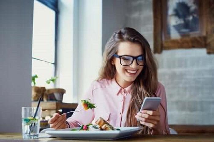 Быстрый прием пищи и отвлекающие факторы заставят вас есть больше. «Что происходит с моим организмом?»